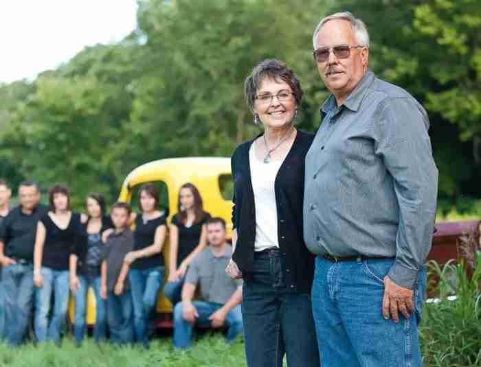 Αφοσιωμένος σύζυγος φύτεψε 400 στρέμματα ηλιοτρόπια για τη γυναίκα του που πέθανε από καρκίνο.