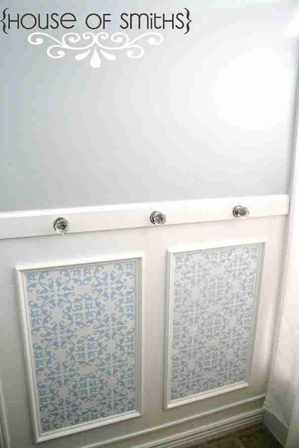Κάντε το μπάνιο σας να δείχνει πιο όμορφο τοποθετώντας δυο κορνίζες στον τοίχο.
