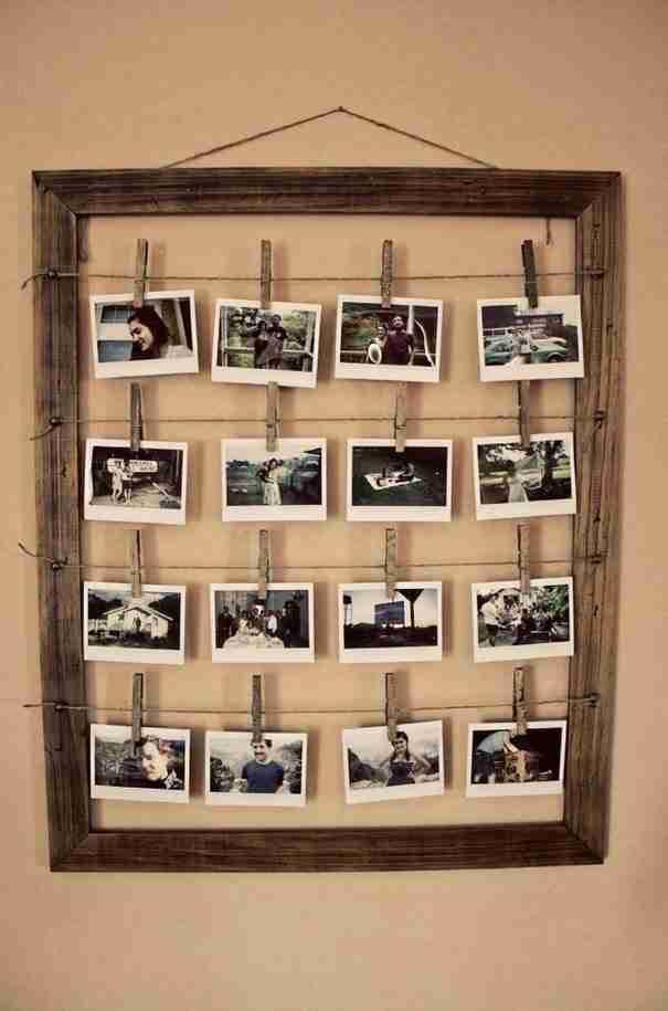 Χρησιμοποιήστε μια παλιά μεγάλη κορνίζα ως παλιό καρέ εμφάνισης φωτογραφιών.
