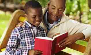 Τα παιδιά θα πρέπει πρώτα να του διαβάζουν μια ιστορία πριν αποκτήσουν το δωρεάν κούρεμα.