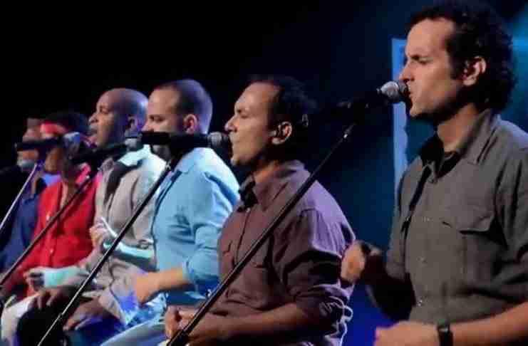 Έξι άντρες ερμηνεύουν ένα διάσημο τραγούδι. Απλά προσέξτε τον άντρα με το κόκκινο πουκάμισο
