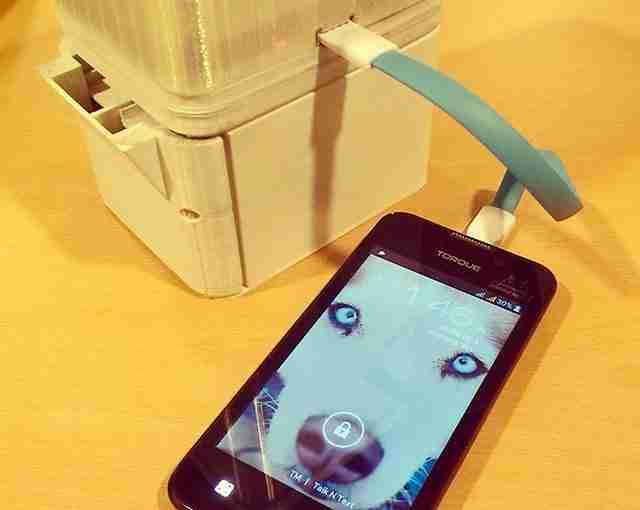 Η λάμπα που λειτουργεί με θαλασσινό νερό, έχει ακόμη και θύρα USB μέσω της οποίας κάποιος μπορεί να φορτίσει και το κινητό του.