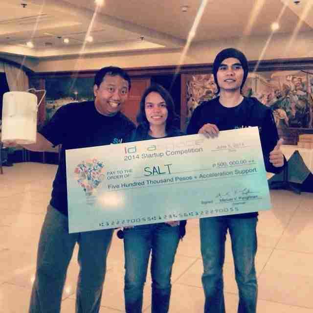 Σε αυτή τη φωτογραφία, η Αίσα και ο Ράφαελ Μιχένο κρατούν το βραβείο που έλαβαν σε διαγωνισμό καινοτόμων ιδεών