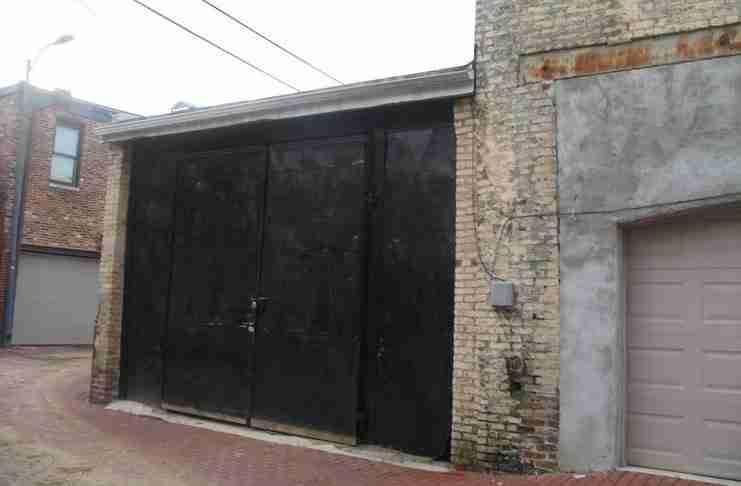 Έτσι ήταν η αποθήκη εξωτερικά πριν την ανακαίνιση. Το κτίριο δεν είναι καινούργιο. Χτίστηκε το 1890!
