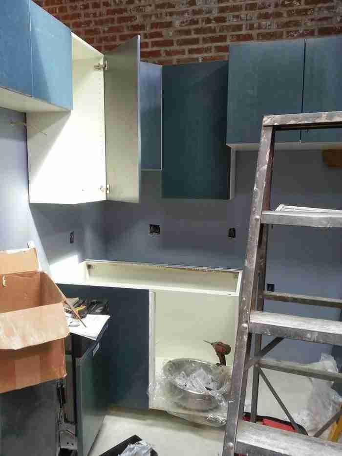 Μια κουζίνα από το ΙΚΕΑ βρήκε την θέση της στο χώρο.