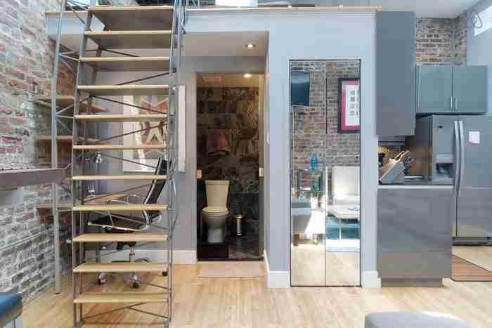 Η πανέμορφη σκάλα όχι μόνο χρησιμοποιείται ως πρόσβαση για το υπνοδωμάτιο αλλά λειτουργεί ως και διαχωριστικό του χώρου.