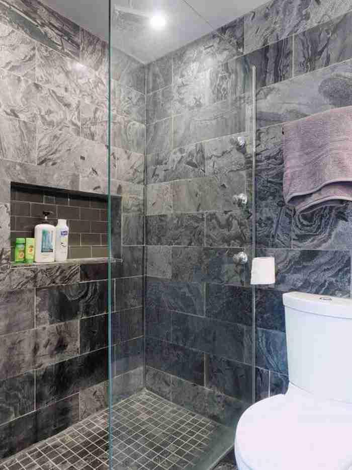 Ένα γυάλινο ντους με μαρμάρινους τοίχους είναι ο ορισμός της κομψότητας.
