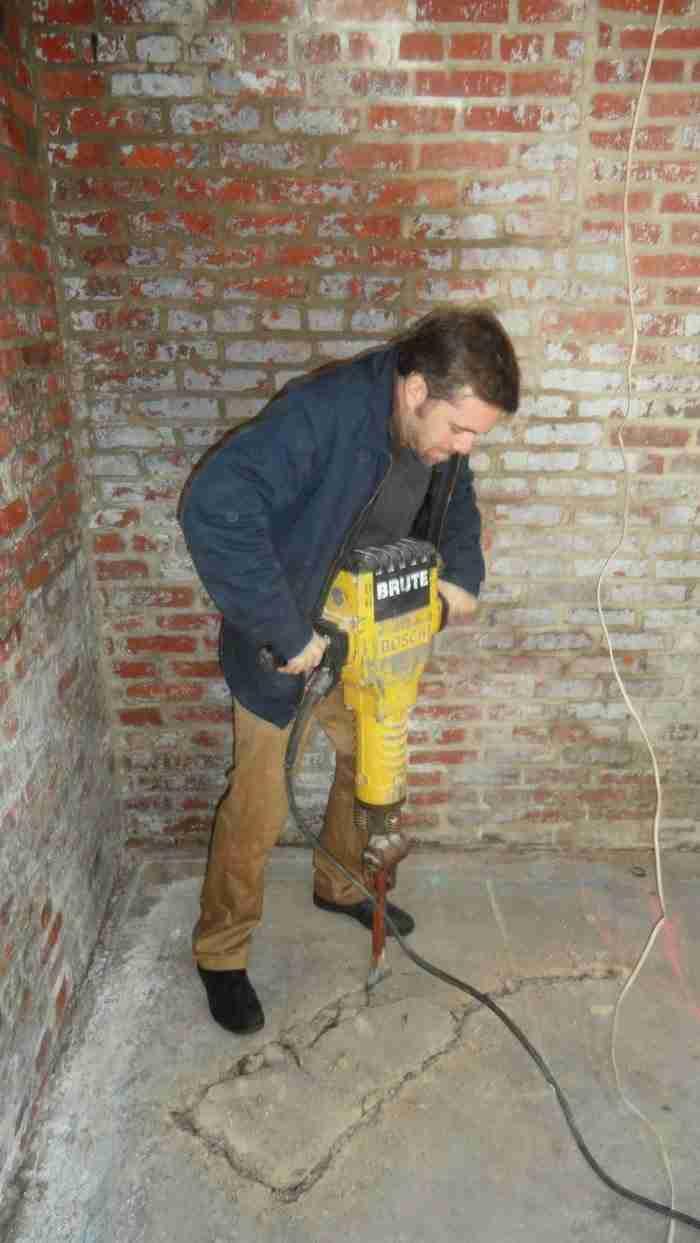 Έπειτα αφαίρεσε το παλιό τσιμέντο από το πάτωμα..