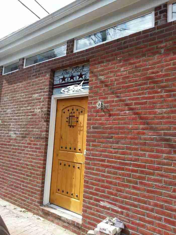 Στη συνέχεια πρόσθεσε καινούργια πόρτα αλλά και τούβλα στους τοίχους.