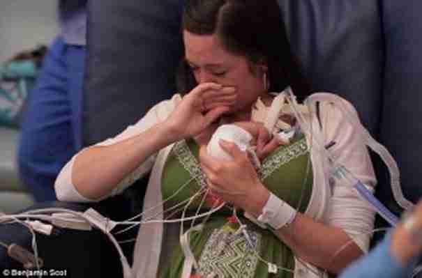 Η νέα μητέρα, συγκινημένη τη στιγμή που παίρνει στα χέρια της το μικρό μωρό