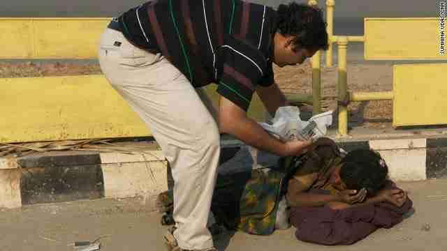 Στην Ινδία που μαστίζεται από την φτώχεια και την πείνα, ένας άνθρωπος έρχεται να αναδείξει την ανθρωπιά