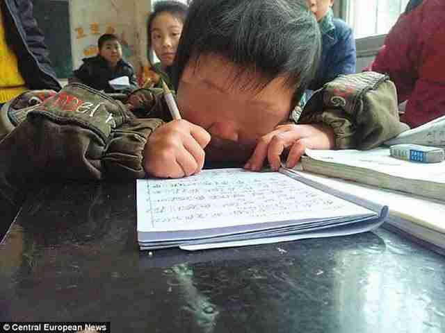 Αφοσιωμένος πατέρας κουβαλάει καθημερινά τον γιο του στο σχολείο 29 χιλιόμετρα μακριά