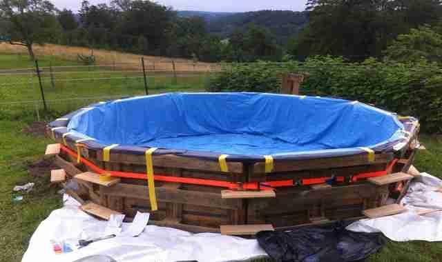 Φτιάξτε μια όμορφη πισίνα με 10 παλιές παλέτες και 70 ευρώ!