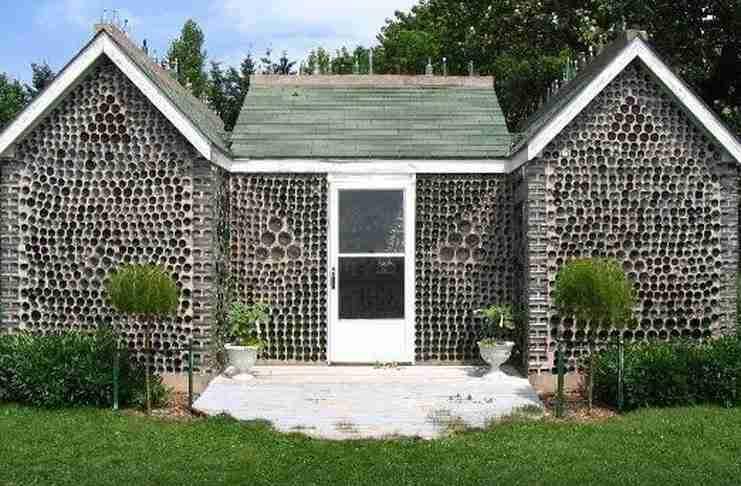 Το πρώτο σπίτι που έφτιαξε έγινε τόσο διάσημο που οι κάτοικοι της περιοχής τον ενθάρρυναν να φτιάξει και άλλα.