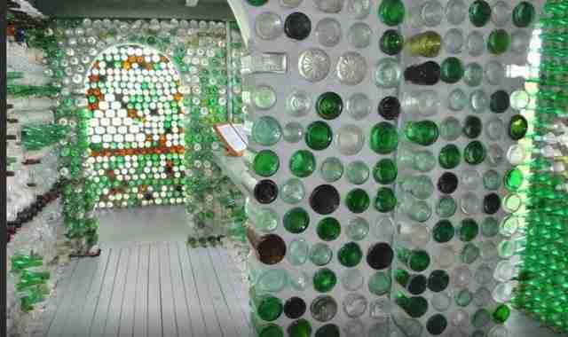 Χρησιμοποιήθηκαν διάφορα σχήματα και χρώματα μπουκαλιών.