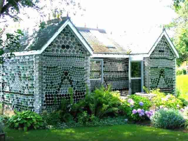 Ο Άρσενολτ αγαπούσε τρομερά τον κήπο του. Φύτεψε πολλά δέντρα γύρω από το κτήριο και έφτιαξε όμορφα παρτέρια.