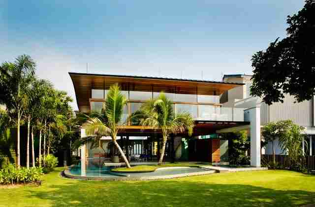 Ο Αυστραλός επιχειρηματίας Στήβεν Φίσερ, ο οποίος πλέον ζει μόνιμα στη Σιγκαπούρη, κατασκεύασε ένα απίστευτο σπίτι στη θετή πατρίδα του.