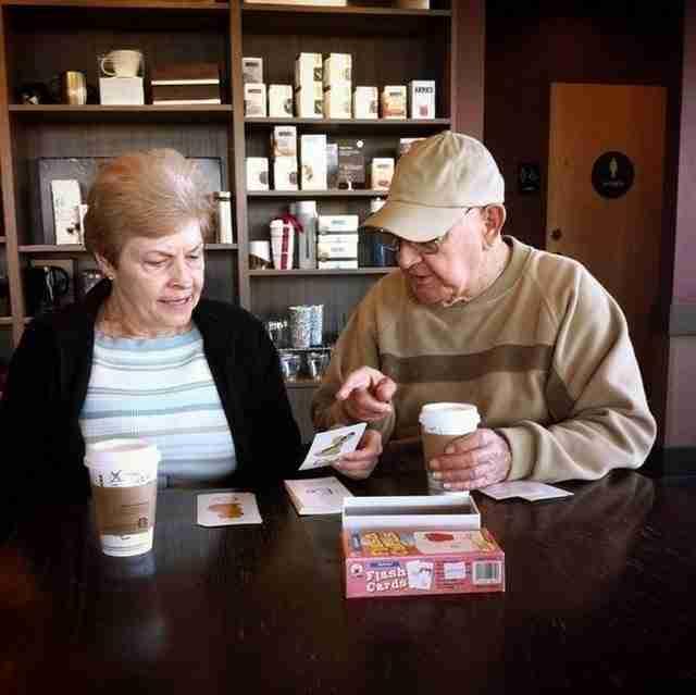 Ένας άντρας διδάσκει τη φίλη του το αλφάβητο όταν αυτή έχασε τη μνήμη της.