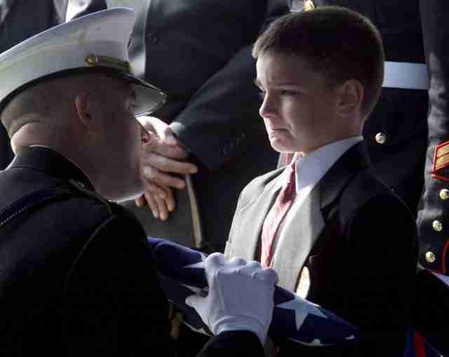 Ο οκτάχρονος Κρίστιαν Γκολτζίνσκι δέχεται τη σημαία για τον πατέρα του στρατιώτη Μάρκ που σκοτώθηκε στο Ιράκ.