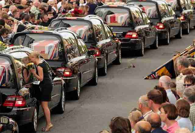 Η Έλεν Φίσερ φιλάει τη νεκροφόρα που βρίσκεται το σώμα του 20χρονου ξαδέρφου της στρατιώτη Ντάγκλας Χάλλιντει