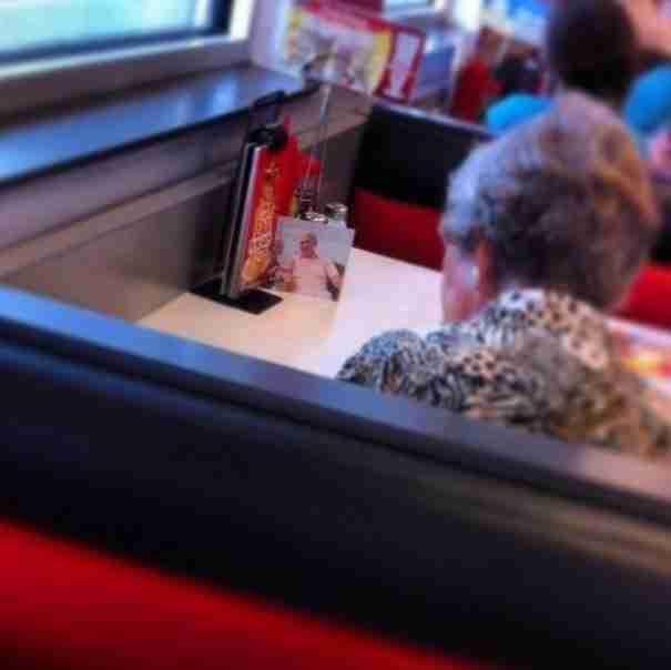 Μια γυναίκα, της οποίας ο σύζυγος απεβίωσε, εξακολουθεί να τρώει κάθε μεσημέρι μαζί του.