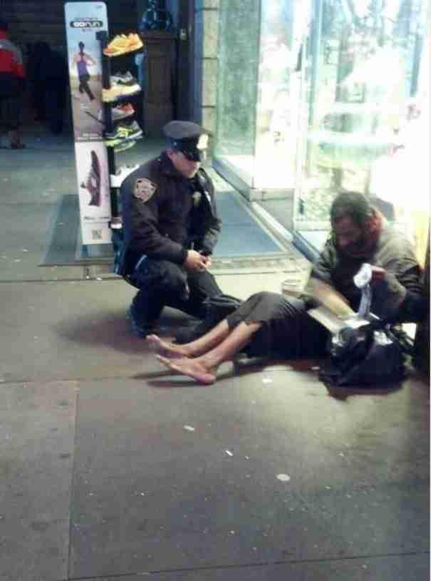 Ένας αξιωματικός της αστυνομίας της Νέας Υόρκης χαρίζει σε ένα άστεγο ένα νέο ζευγάρι παπούτσια.