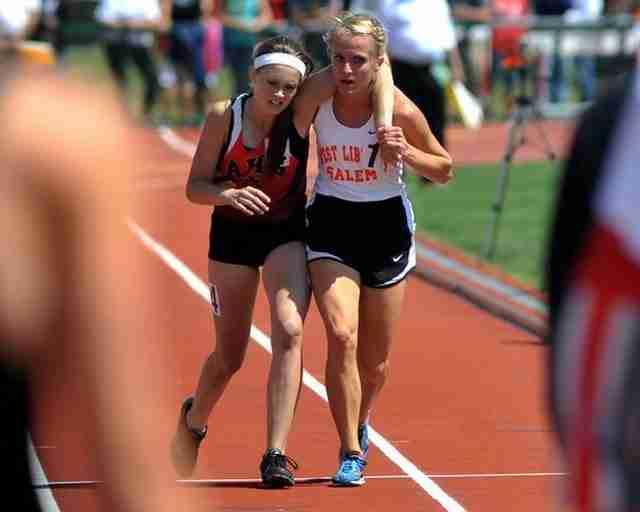 Η Μέγκαν Βόγκελ κουβαλάει την τραυματισμένη Άρντεν ΜακΜάθ σε όλη τη διαδρομή μέχρι τον τερματισμό, σε αγώνα 3.200 μέτρων.