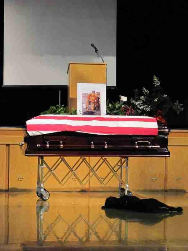 Ένας σκύλος θρηνεί στην εκκλησία τον ιδιοκτήτη και καλύτερο του φίλο, έναν νεκρό στρατιώτη του Αμερικανικού πολεμικού ναυτικού.