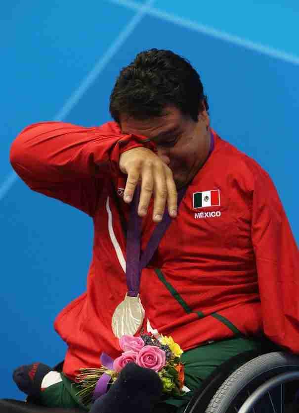 Ο Αρνούλφο Καστορένα μετά τη κατάκτηση του πρώτου του χρυσού μεταλλίου στην κολύμβηση για το Μεξικό στους παραολυμπιακούς αγώνες.