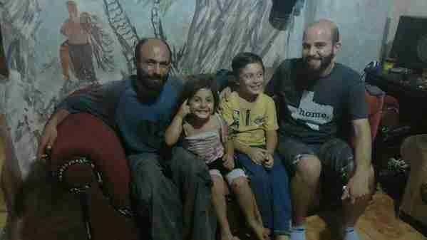 Σε αυτή τη φωτογραφία ποζάρουν χαρούμενοι ο Αμπντούλ, η Ριμ και ο Αμπντελιλάχ μαζί με τον φύλακα άγγελό τους, τον Γκίσουρ Σιμόναρσον.