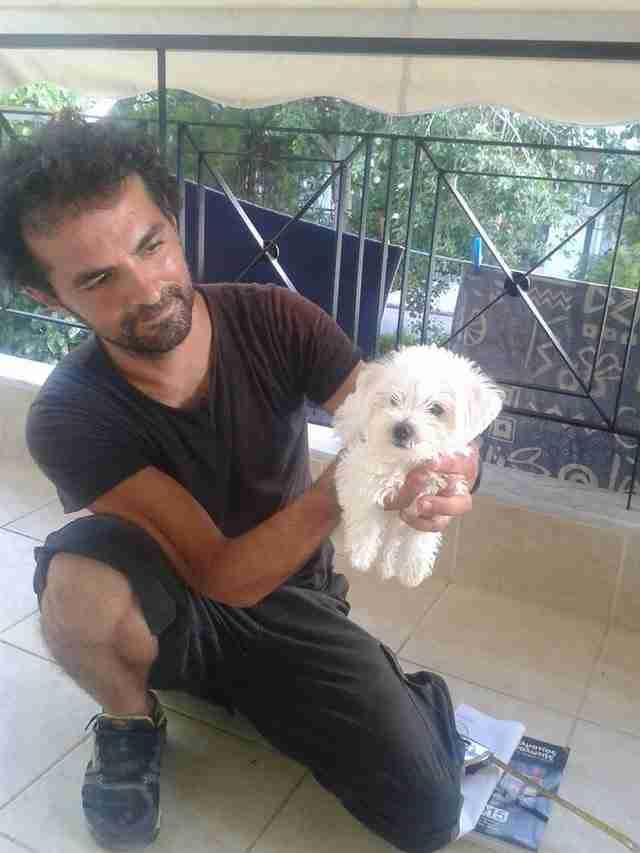 Ο Έλληνας υδραυλικός που βοηθάει τα ανάπηρα σκυλάκια να ξαναπερπατήσουν