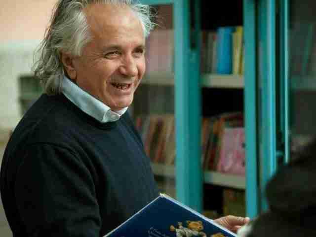 Ένας συνταξιούχος δάσκαλος, ο Αντόνιο Λα Κάβα, μετά από 42 χρόνια διδασκαλίας αποφάσισε ότι θα έπρεπε να κάνει κάτι για τα παιδιά