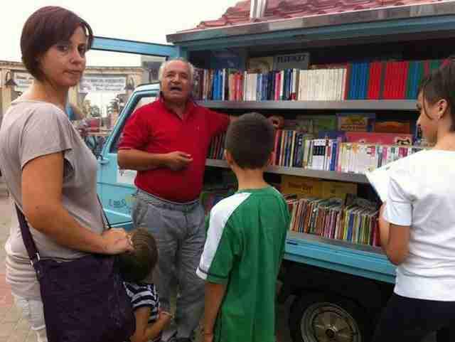 ο Αντόνιο εξήγησε ότι η εμπειρία του στο σχολικό σύστημα, τον οδήγησε να διδάξει στα παιδιά πως να αγαπούν τα βιβλία και όχι απλά πως να μάθουν να τα διαβάζουν.
