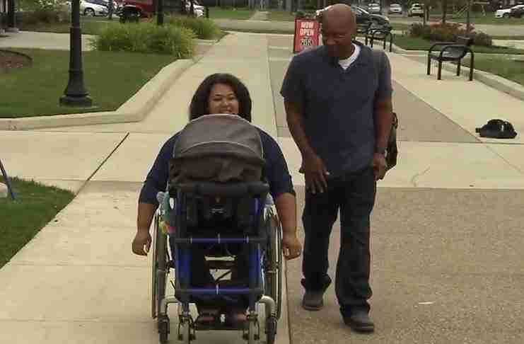 16χρονος έφτιαξε ένα πρωτότυπο παιδικό καρότσι για μια ανάπηρη μαμά!