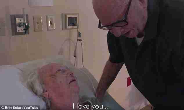 Ένα βίντεο που ραγίζει καρδιές: 92χρονος ψιθυρίζει στην ετοιμοθάνατη γυναίκα του ένα τραγούδι αγάπης