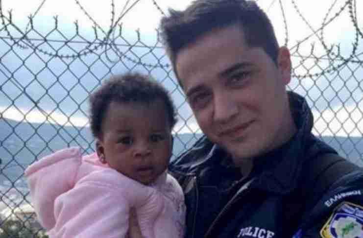 Ο Έλληνας αστυνομικός που δίνει μαθήματα ανθρωπιάς με τους μετανάστες!