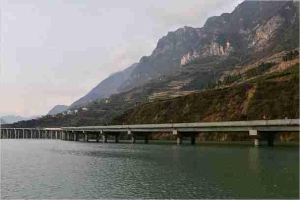 Η Κίνα κατασκεύασε αυτοκινητόδρομο κυριολεκτικά.. πάνω από το νερό!