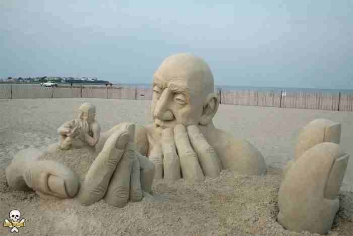 Δημιουργεί γλυπτά στην άμμο που είναι αλλόκοτα όμορφα! Μοιάζουν απίστευτα!