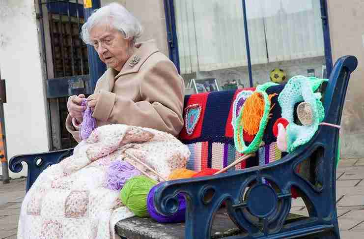 Γιαγιά 104 ετών προσπαθεί να ομορφύνει με το βελονάκι την πόλη της! Και δεν τα πάει άσχημα..