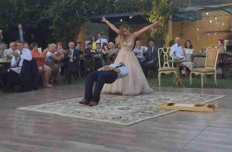 Αυτός είναι (κυριολεκτικά) ο πιο μαγικός χορός γάμου όλων των εποχών. Απλά προσέξτε τι γίνεται στο 1:58!