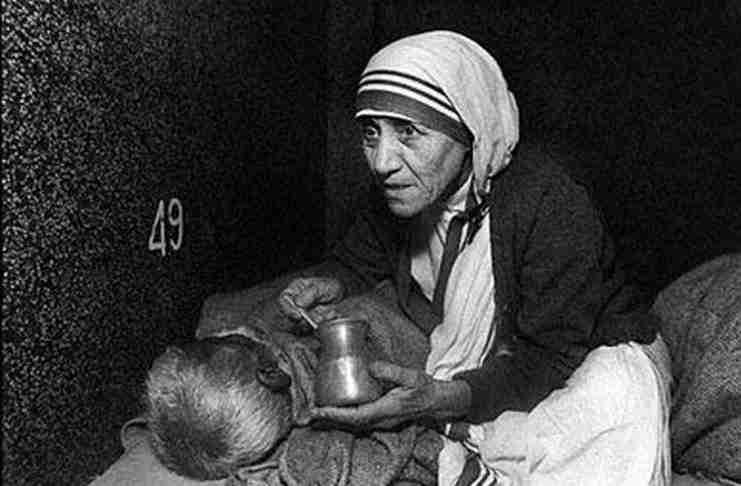 Μητέρα Τερέζα: Χωρίς πόρους και προμήθειες αποφάσισε να βοηθήσει τους φτωχούς και πεινασμένους