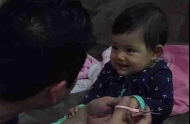Ο μπαμπάς της προσπαθεί να της κόψει τα νύχια. Η αντίδραση της; Αξιολάτρευτη!