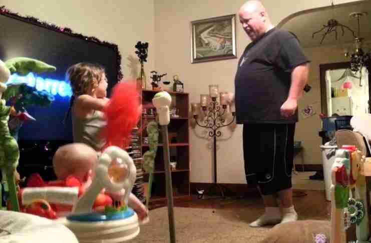 Μια μαμά με αυτό το βίντεο ανακάλυψε πως ο σύζυγός της προσέχει τα παιδιά όταν εκείνη λείπει.. Πρέπει να το δείτε!