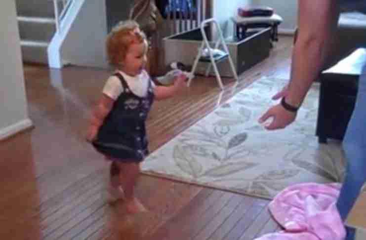 Ένα παιδί περπατά για πρώτη φορά με το νέο του προσθετικό πόδι.. και νιώθει υπέροχα!