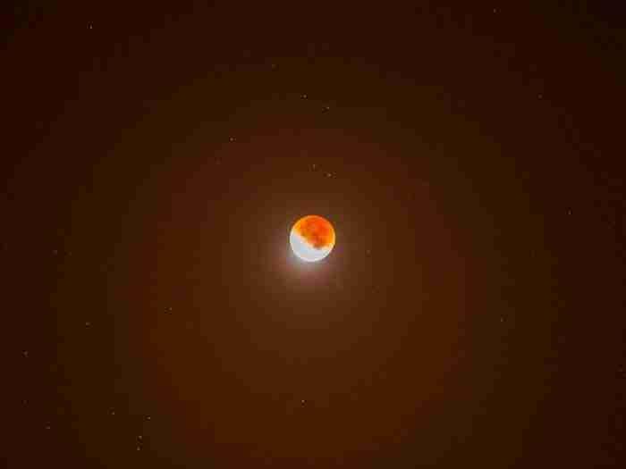 25 υπέροχες φωτογραφίες από την κατακόκκινη Υπερπανσέληνο που μάγεψε τον πλανήτη