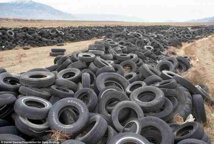 Ένας χώρος υγειονομικής ταφής για φθαρμένα ελαστικά στην έρημο της Νεβάδα.