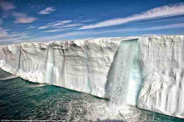 Ένας καταρράκτης σχηματίζεται από το λιώσιμο των πάγων.