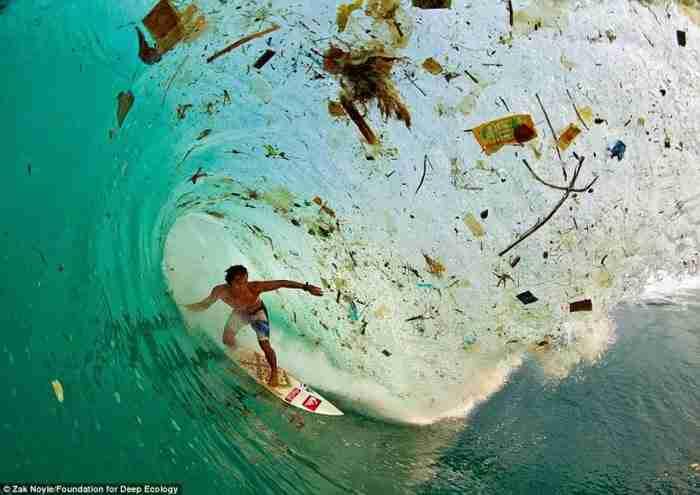 Ο Ινδονήσιος σέρφερ Dede Surinaya μέσα σε ένα κύμα βρωμιάς και σκουπιδιών (Ιάβα, Ινδονησία).