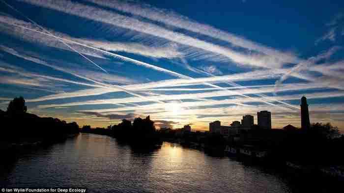 Απομεινάρια της υπερβολικής εναέριας κυκλοφορίας πάνω από το Λονδίνο.