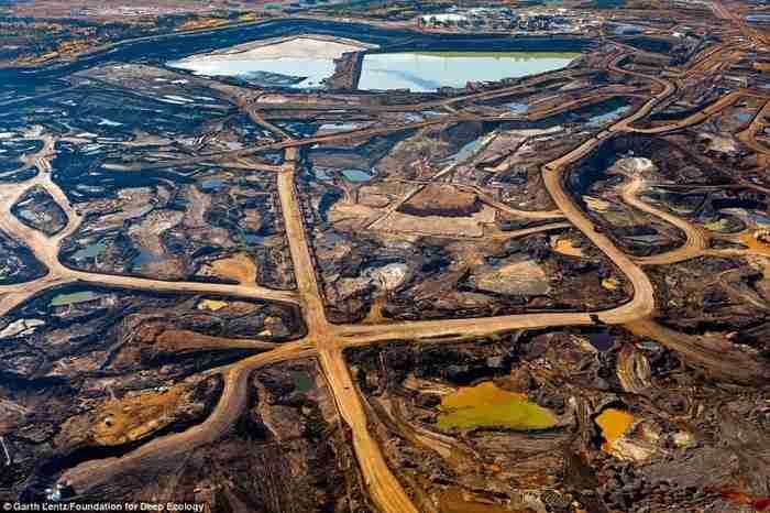 Τα σημάδια που άφησε πίσω της η εξόρυξη πετρελαιοφόρου άμμου στην καναδική επαρχία της Αλμπέρτα.